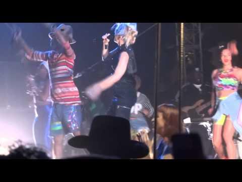 Gwen Stefani Performs hollaback girl with Pharrell @ Coachella Week I Day II