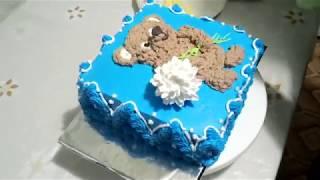 Рисуем на торте  мишку из крема.