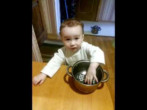 Малыш играет с кастрюлями , ложит их в горшок . Кастрюли любимые игрушки.