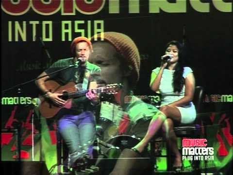 Jason Mraz  Lucky feat Dira Sugandi  at Music Matters