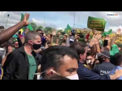 Bolsonaro encontra apoiadores após sobrevoar carreata em Brasília