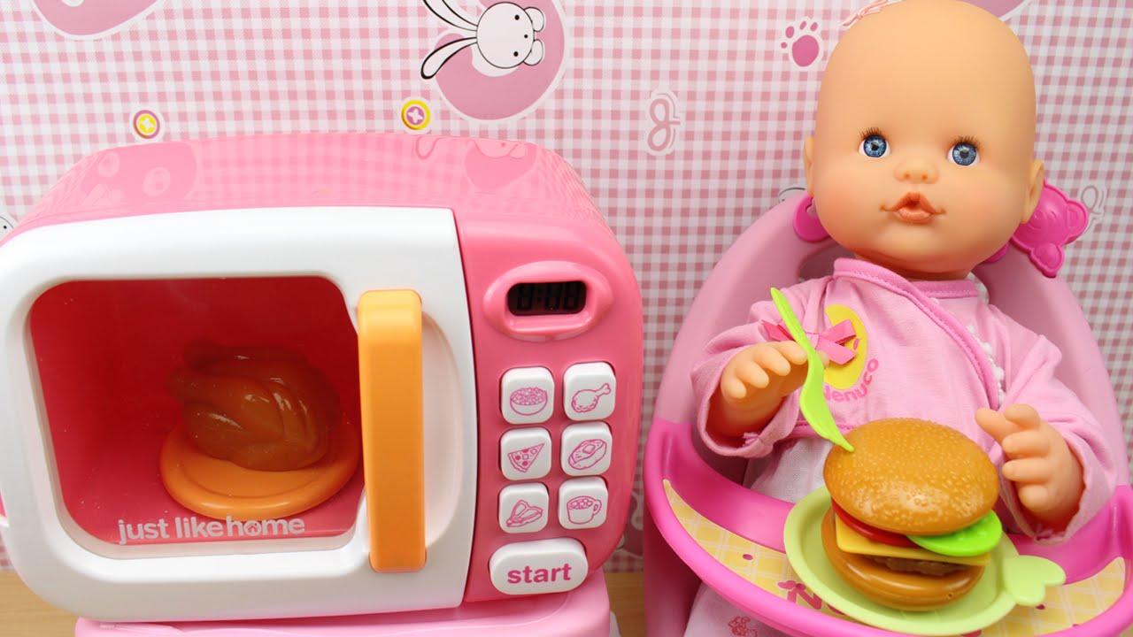 El beb NENUCO come en la trona  Microondas y comiditas