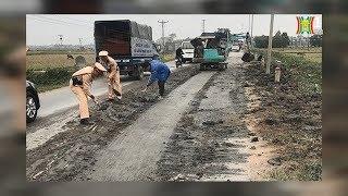 Hình ảnh chiến sĩ CSGT dọn đất trên QL21B đoạn qua thị trấn Vân Đình | Nhật ký 141