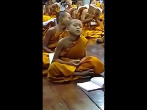 Monge criança dormindo e rezando