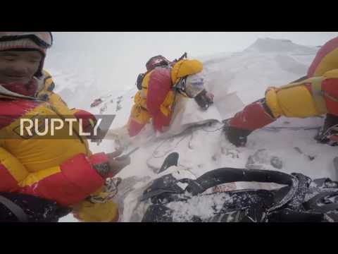 Nepal: Russian mountaineers give Everest 'death zone' victim final send off