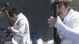 吉田兄弟の「モダン」です。珍しい洋服での演奏です。