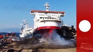 Vidéo : arrivée fracassante d'un bateau sur son quai de démantèlement en Turquie