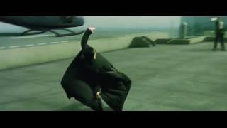 Нео уворачивается от пуль. Матрица (1999)