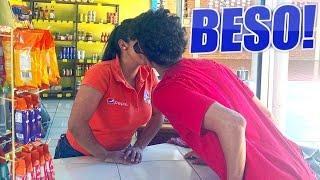 BESE A LA CHICA DE LA TIENDA!!! (HotSpanish Vlogs)
