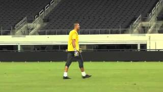 Barcelona's keeper hits scoreboard at Cowboy Stadium Valdes le pega a la pantalla del Cowboy Stadium    YouTube ked
