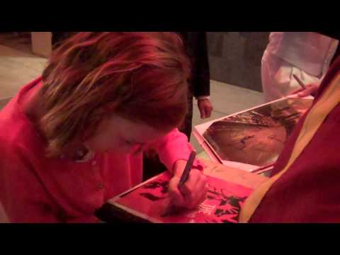 madison lintz signing autographs at the walking dead season 2 premiere 10 3 11