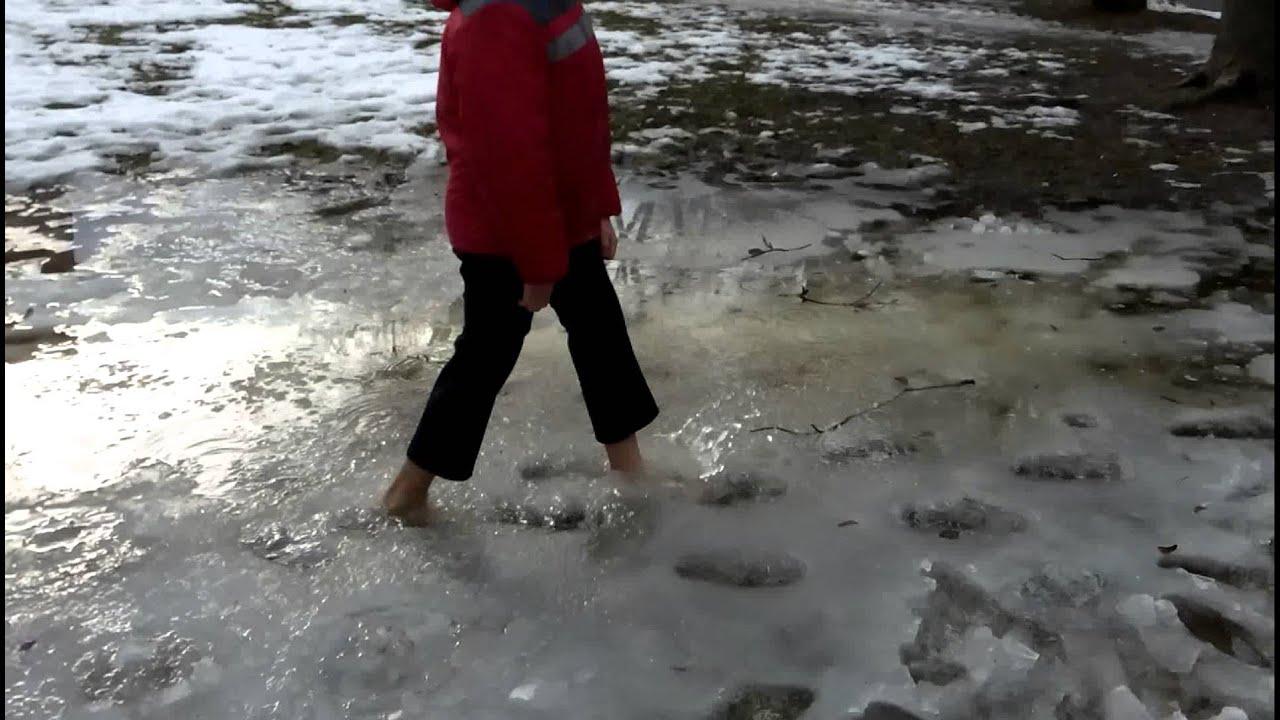 Девушка г уляет босиком по снегу видео фото 748-721