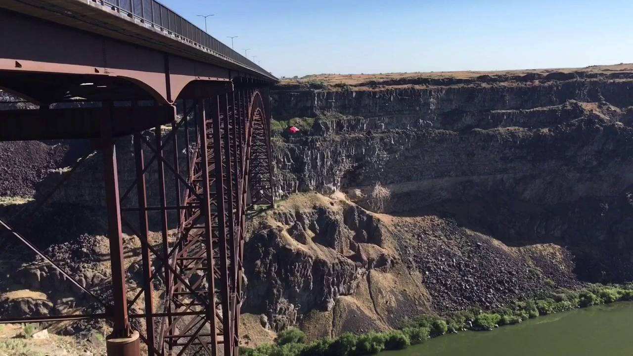 parachuters at the perrine bridge in twin falls idaho. Black Bedroom Furniture Sets. Home Design Ideas