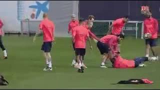بالفيديو.. تدريبات برشلونة أم لقاء مصارعة