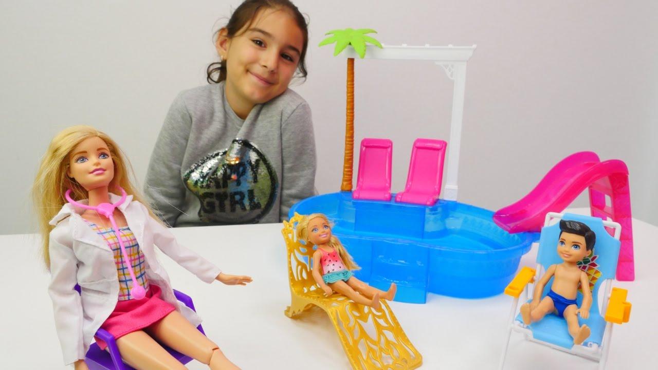 Barbie Chelsea havuzda hasta oluyor. Barbie oyunu