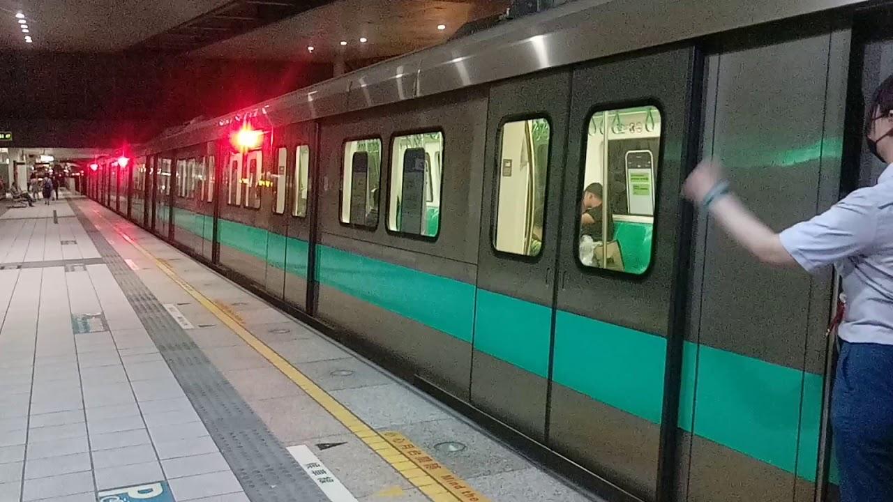 開往南岡山的車號1123+2122+1122三輛一組綠色高雄捷運列車 - YouTube
