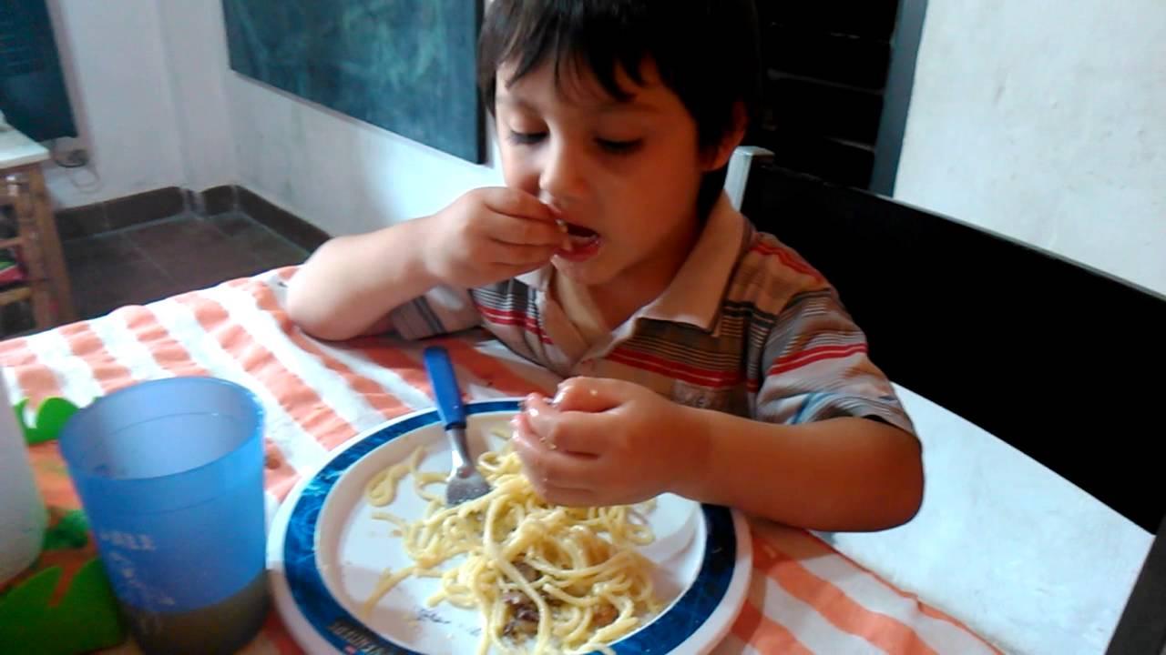 Resultado de imagen para niño comiendo, alimentación