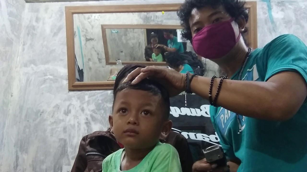 Potong rambut anak kecil harus sabar kalo gk sabar bisa ...