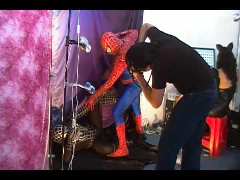 Hombre araña rojo y negro en expo comics - YouTube