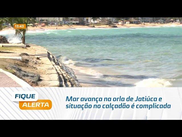 Mar avança na orla de Jatiúca e situação no calçadão é complicada para pedestres e ciclistas