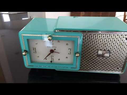 BRIGHT SEAFOAM GREEN Retro Jetsons 1957 Bulova Model 120 Tube AM Clock Radio Look Marvelous!