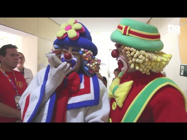 Médicos do Barulho e os Palhaços Patati Patatá levam alegria para crianças na Santa Casa