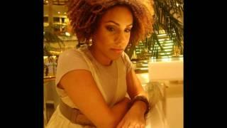 Essa é uma pequena homenagem a voz feminina mas linda do meio black...