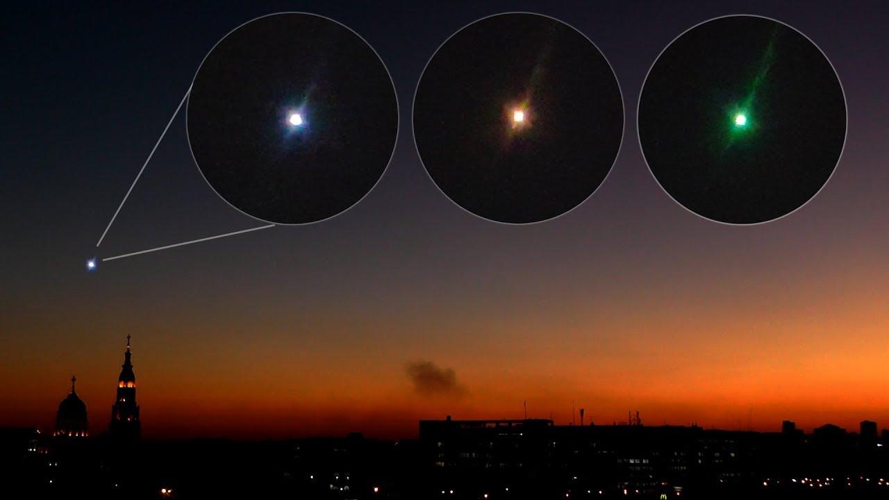 Самая яркая звезда в ночном небе - мерцает Сириус Вид в ...