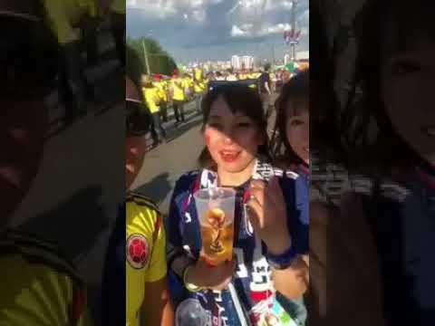 Un hincha colombiano insta a una japonesa a repetir frases denigrantes y enfurece a las redes