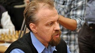Сергей Шипов играет в шахматы