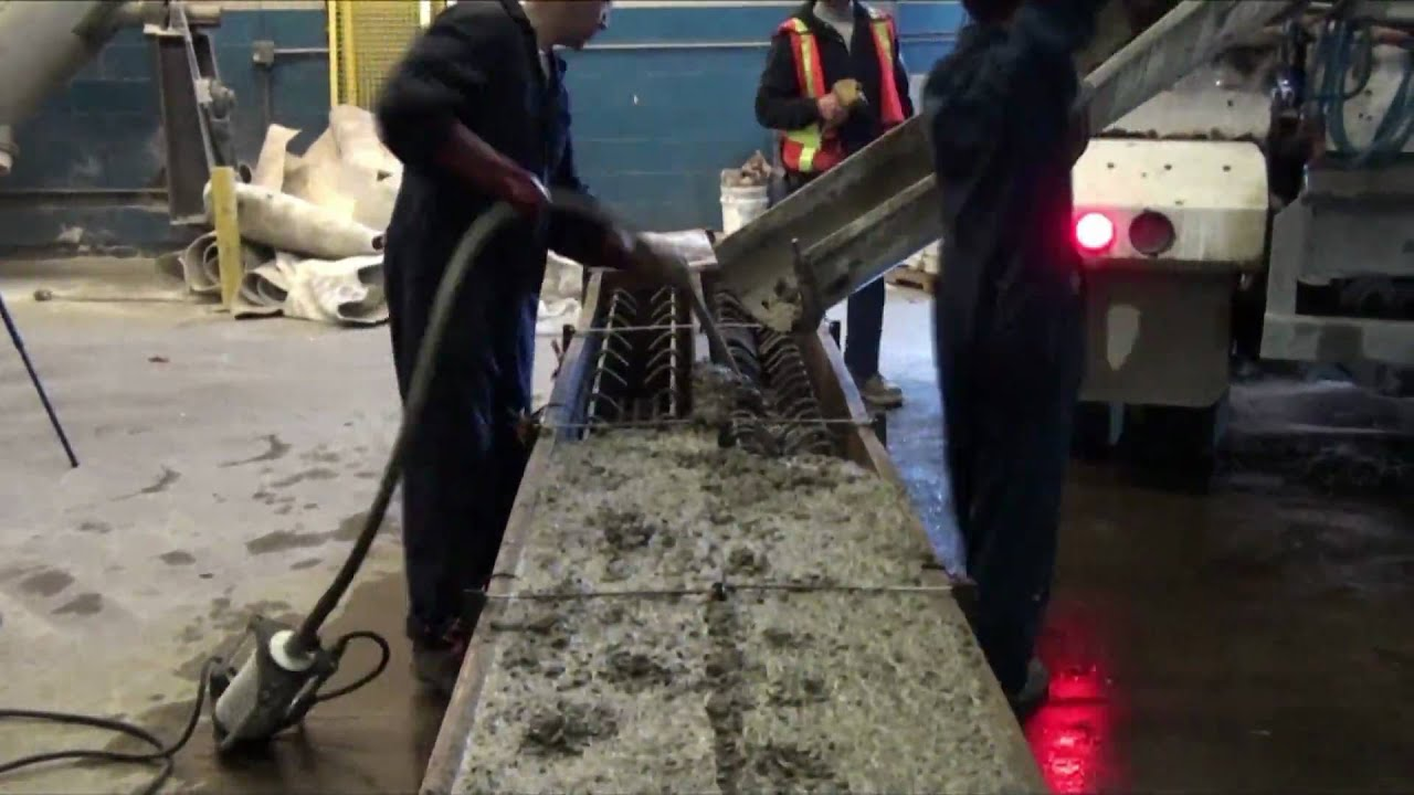 Coul e d 39 une poutre en b ton arm youtube for Fabrication d un linteau en beton
