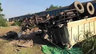PLO - Hiện trường vụ tàu hoả đâm xe tải, 3 người chết