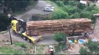 veja este caminhão atravessando esta ponte