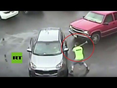 Sale de su auto y golpea con un mazo a otro conductor