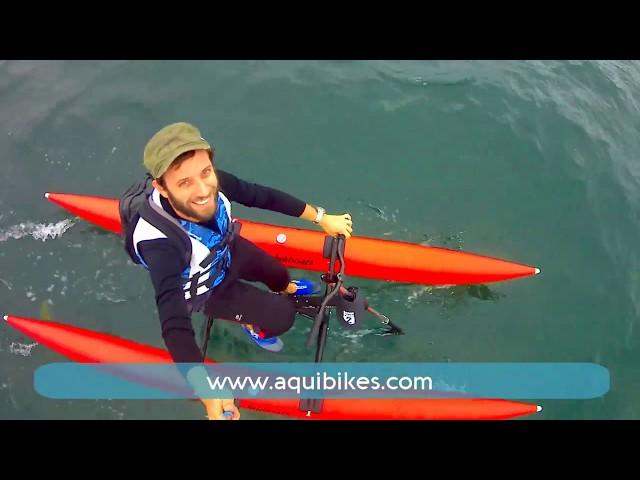 Waterbike (vélo sur l'eau) en navigation sur l'océan