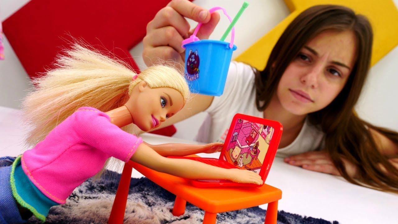 видео как играют с куклами барби думала, что