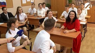 Глава Астрахани провела для первоклассников первый урок