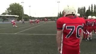 Сын встречает отца, вернувшегося с войны, на футбольном поле.