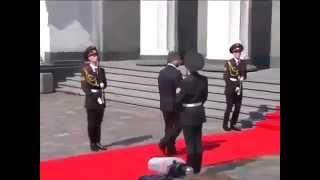 Солдат упал в обморок, уронил оружие. Инцидент на Инаугурации! Президент Порошенко(На инаугурации очередного президента Украины солдат упал в обморок, когда мимо него прошел Порошенко. Выск..., 2014-06-07T17:25:02.000Z)