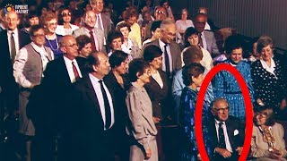Люди сразу встали на ноги, когда поняли кто сидит рядом!