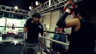 俳優である遊慎太郎は、ボクシングジムでのトレーニングに励む。3分刻...