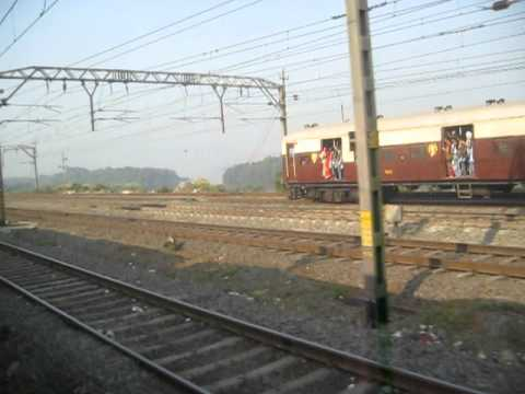 Mumbai local train overtakes WDG3A Mangala Express after Kalyan Junction