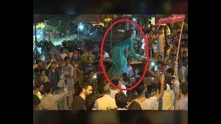 इमरान खान की फैन पाकिस्तान में कार के ऊपर नृत्य वीडियो चला जाता है वायरल
