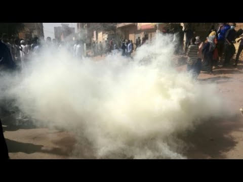 الشرطة تمنع المتظاهرين من الوصول إلى القصر الرئاسي ومقتل متظاهر في أم درمان