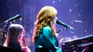 """Tori Amos sings """"Edge of the Moon"""" in Warsaw, Poland - 13th October 2012"""