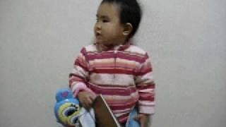 ABCの歌を歌っています。 2008年1月 1歳11ヶ月。
