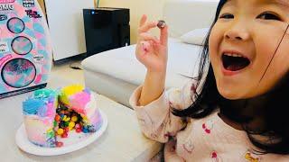 隠されたおもちゃをさがそう!お菓子が出てくるサプライズケーキでお誕生日パーティ!Surprise Birthday Cake