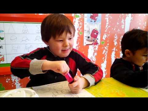 Макдоналдс Довольные дети в детской комнате