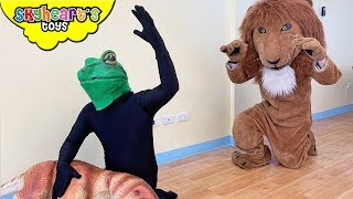 LION VS. FROG!