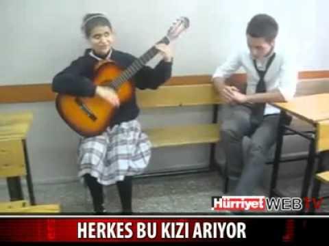 Sınıfta Gitar çalıp şarkı söyleyen görme engelli kız müthiş ses mutlaka dinle
